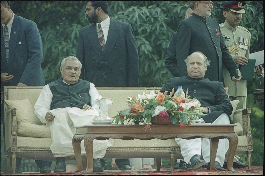 Indian and Pakistani prime ministers meet for peace talks in 1999